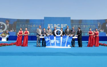 The factory's opening celebration featured Cao Aihua, Dalian's deputy mayor, and SKF President and CEO Tom Johnstone.