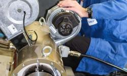 Bild 3: 75 kW-PM-Motor – Endkontrolle vor dem Versand.