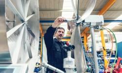 Hans Wepfer montiert die Rotorblätter einer Turbine.