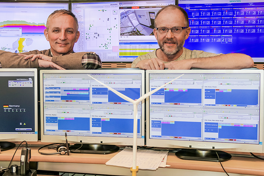 Peter Scheibner, SKF (left), and Lars Buhrkall, Vattenfall, at the monitoring centre in Esbjerg.