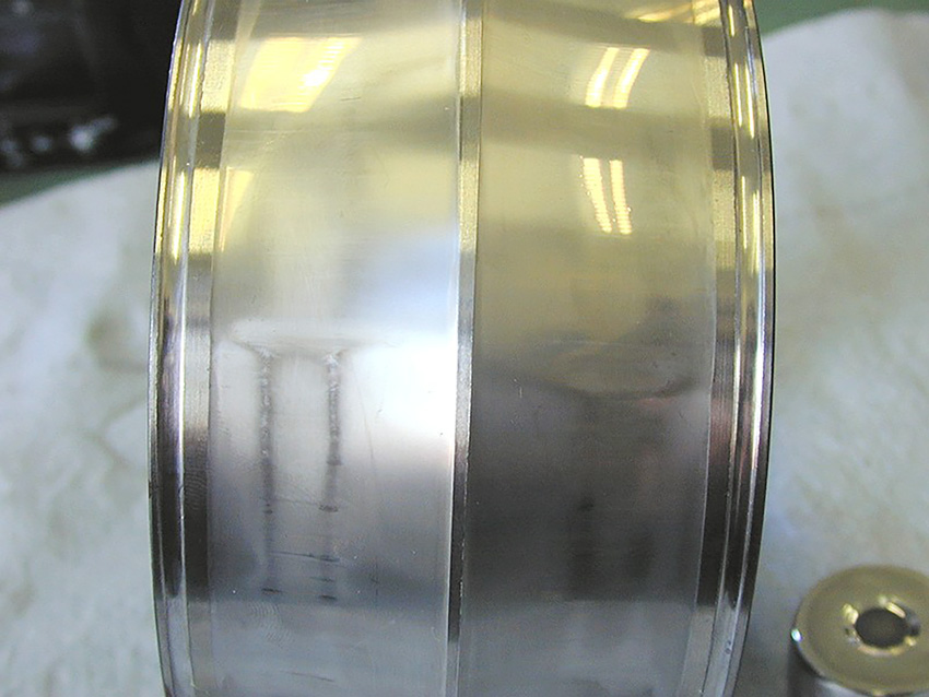 Fig. 1: Example of abrasive wear in an inner ring of a spherical roller bearing caused by poor lubrication conditions and the presence of abrasive particles.