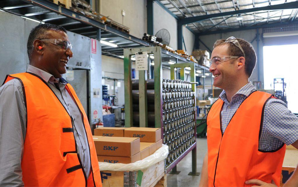 SKF工业业务拓展经理Vis Reddy(左)和PROK董事总经理Paul Byrne。