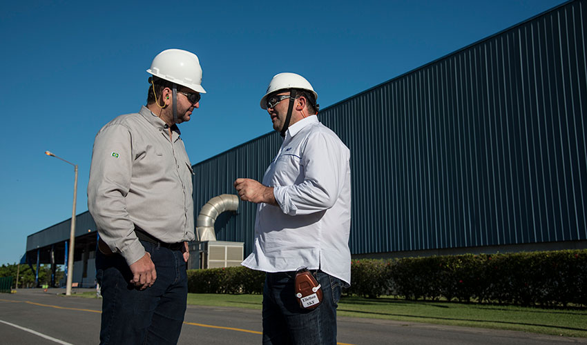 Cristiano Recla Soprani (left), maintenance executive manager of Suzano Aracruz and Elielton Almeida of SKF.