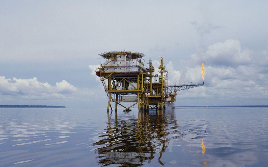 La plateforme pétrolière d'Hudbay Oil au large des côtes de Sumatra, en Indonésie.