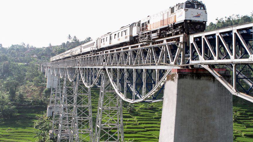 El tren Argo Parahyangan cruza el Puente Cibisoro en Java Occidental.