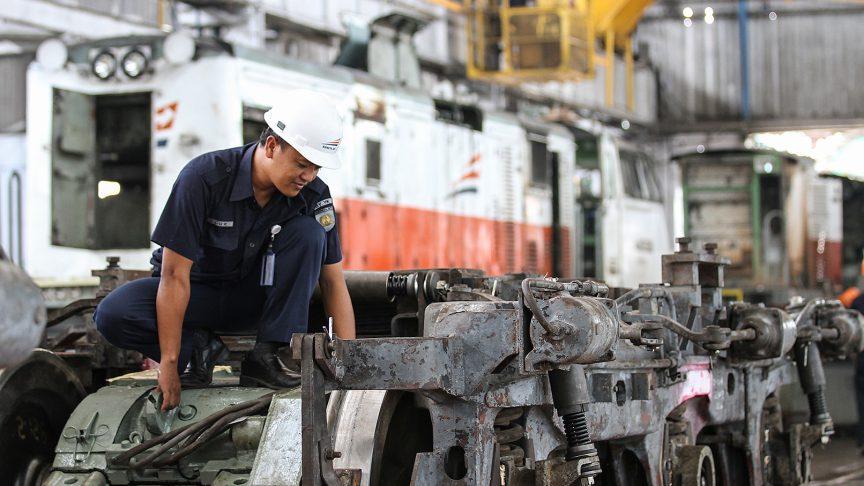 Préparation d'une intervention de maintenance sur l'une des locomotives de PT KAI.