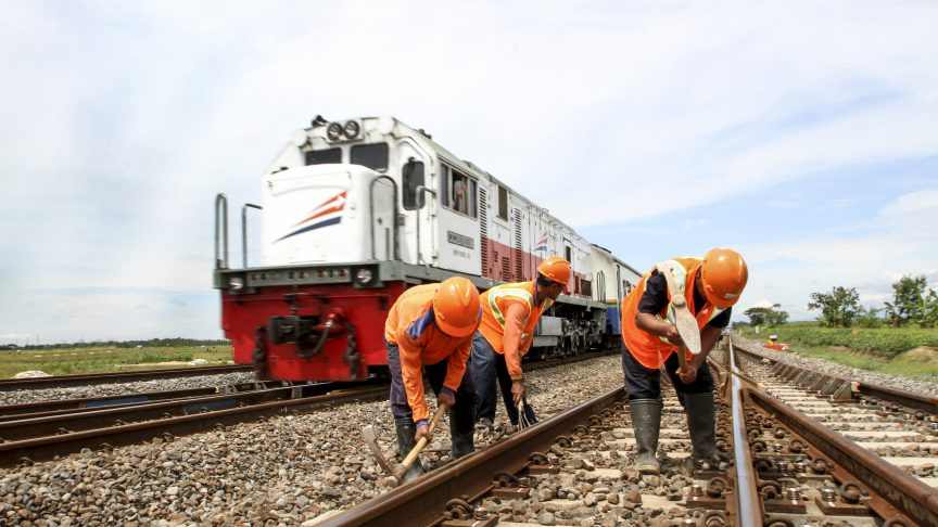 Travaux de maintenance sur une voie ferrée en Indonésie.