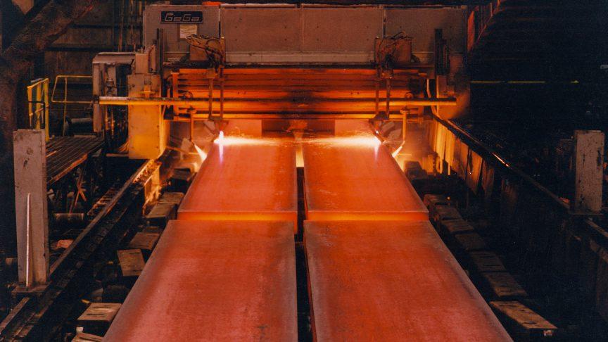 Mesa de rodillos del tren de laminado de flejes en caliente en la acería U.S. Steel.