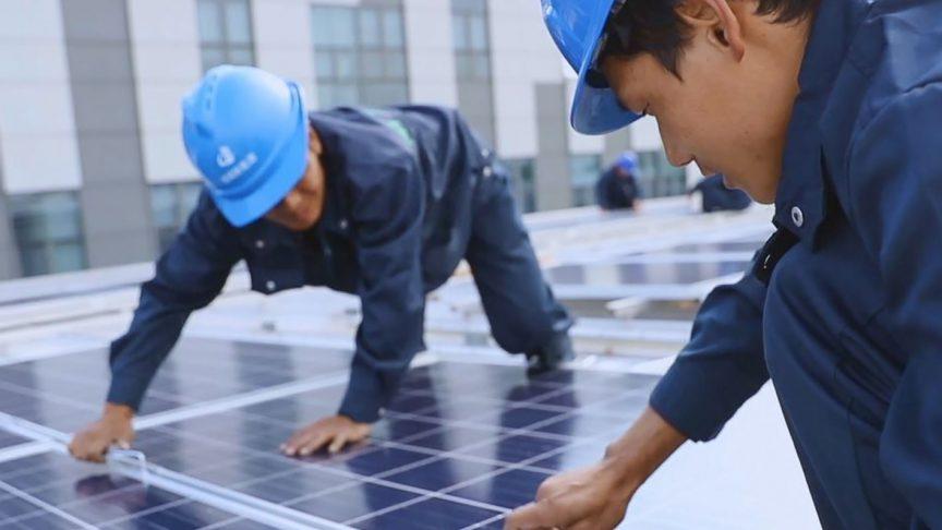 L'installation des panneaux photovoltaïques au campus SKF de Jiading, en Chine.