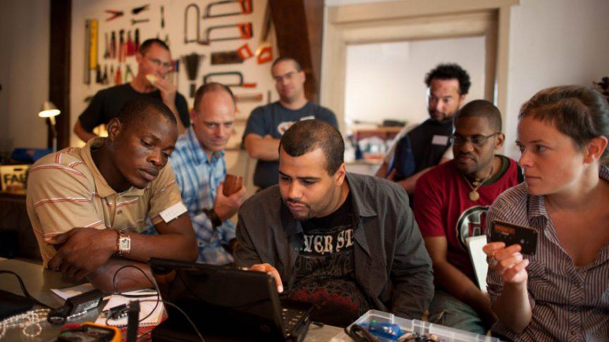 Partecipanti impegnati su un progetto di elettronica e programmazione all'incontro annuale mondiale FabLab di Amsterdam, Olanda.