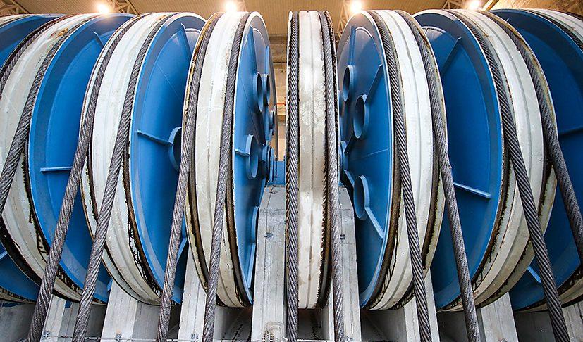 Les poulies à deux gorges du système de contrepoids équipées de roulements à rotule sur rouleaux SKF Explorer.