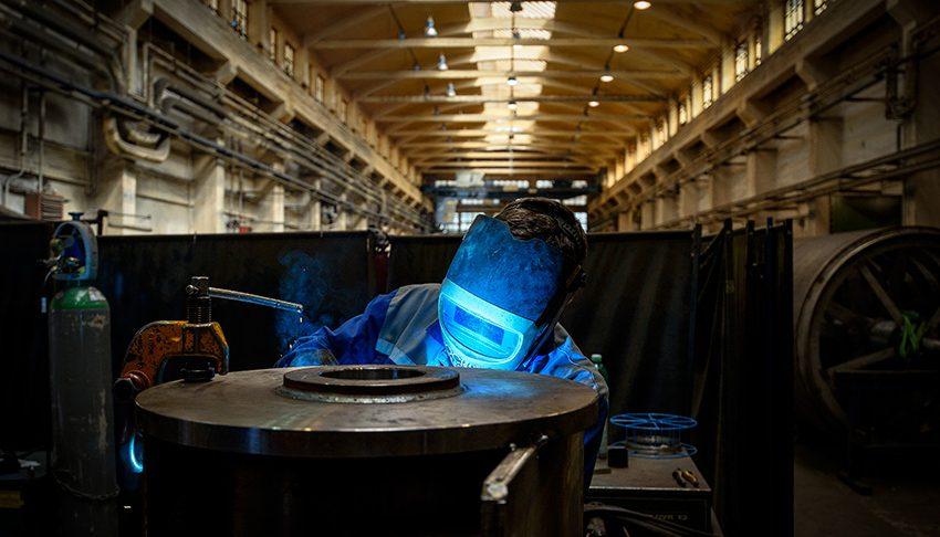 Vladim'r Dockal beim Schweißen in der Fabrik von Papcel in Litovel, Tschechien.
