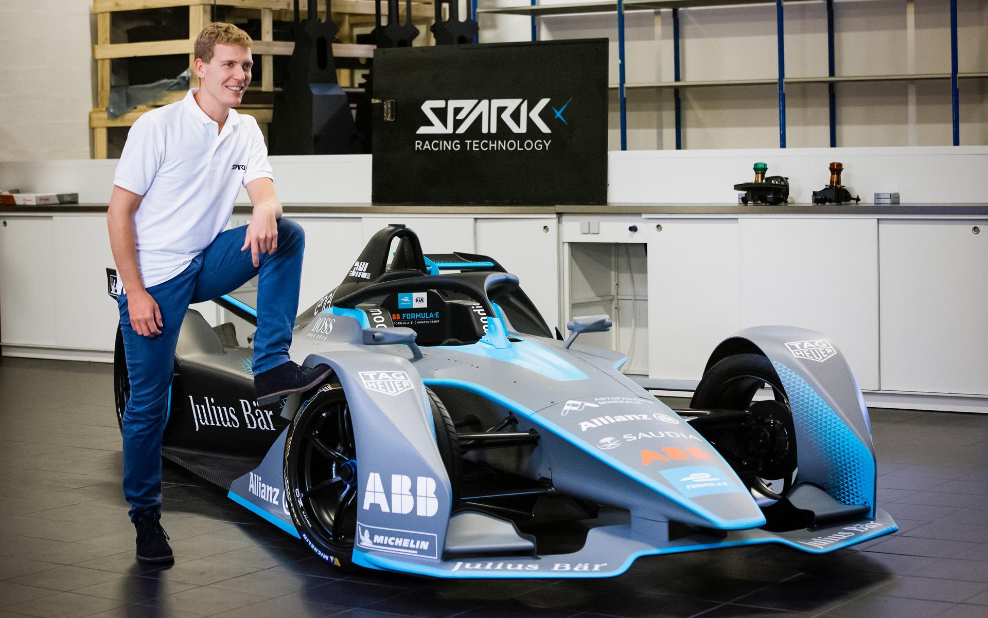 SRT设计部总监Théophile Gouzin在法国Tigery的SRT工厂,他身后是Gen2电动方程式赛车。